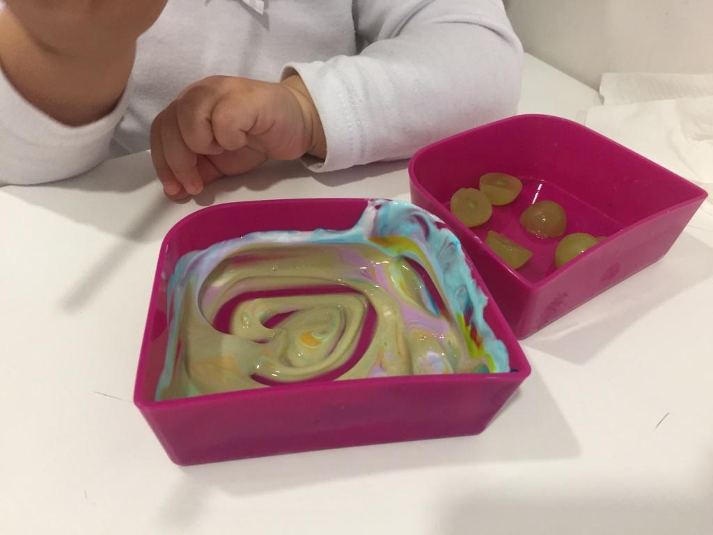uvas con yogur de colores