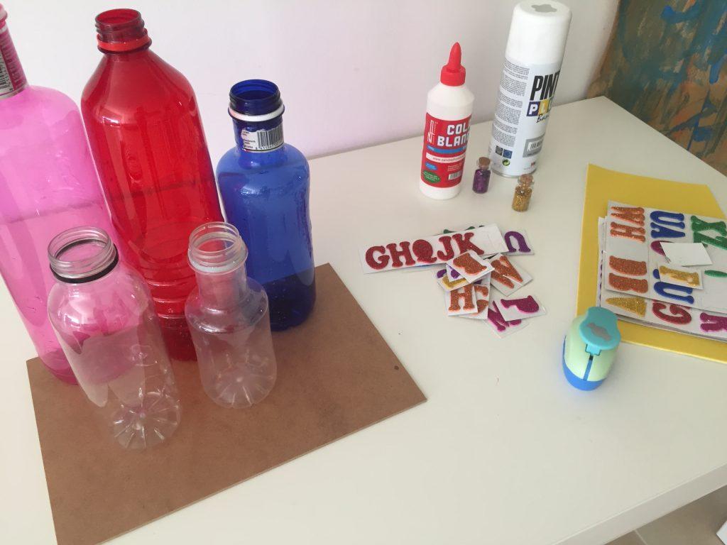 materiales para hacer un organizador de botellas de plático