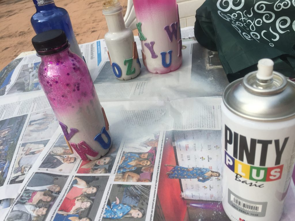 pintar con spray botellas de plástico