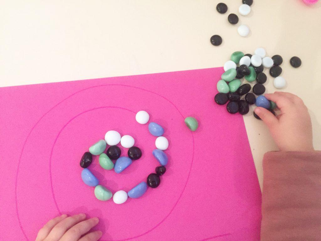 dibujando con piedras motricidad fina para preescolar