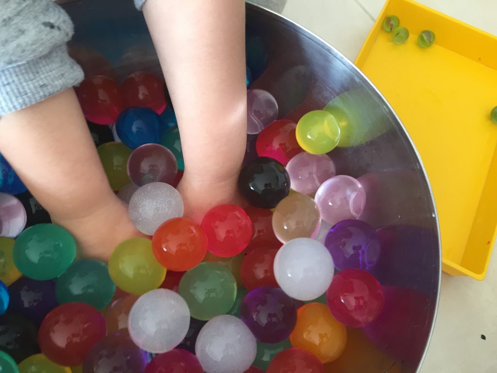 juego sensorial con bolas de hidrogel