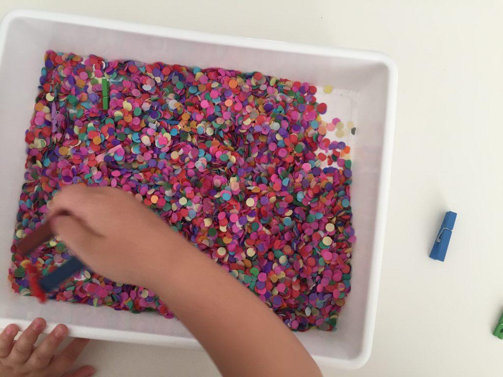 caja sensorial con confeti