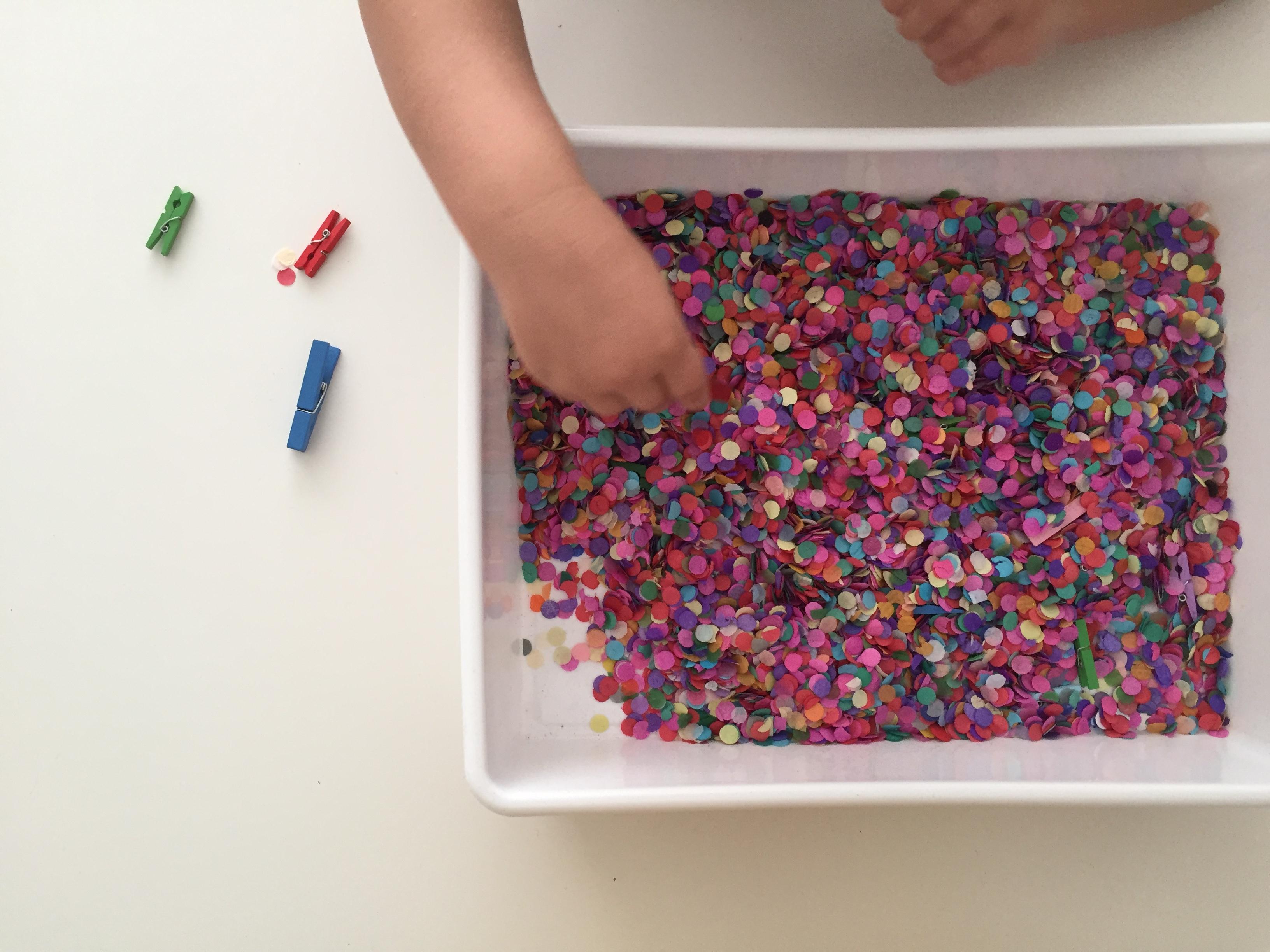 bandeja sensorial con confeti