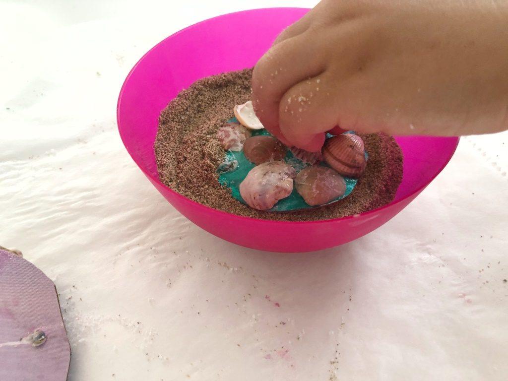 móvil decorativo con arena y conchas