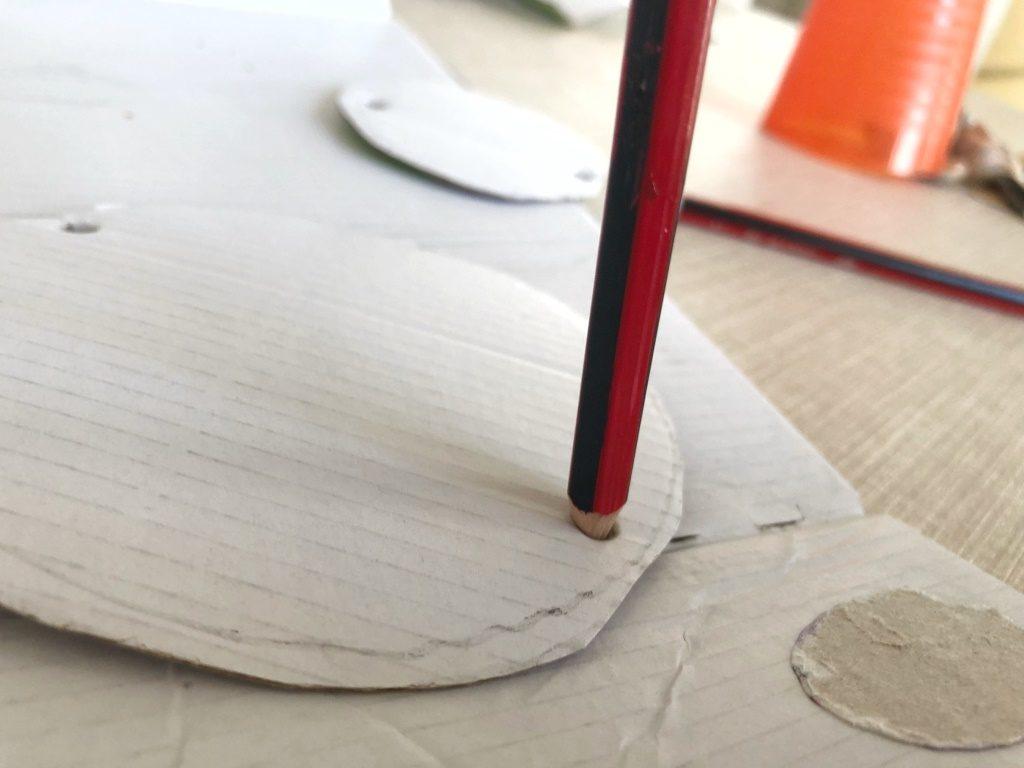 agujerear cartón para pasar una cuerda