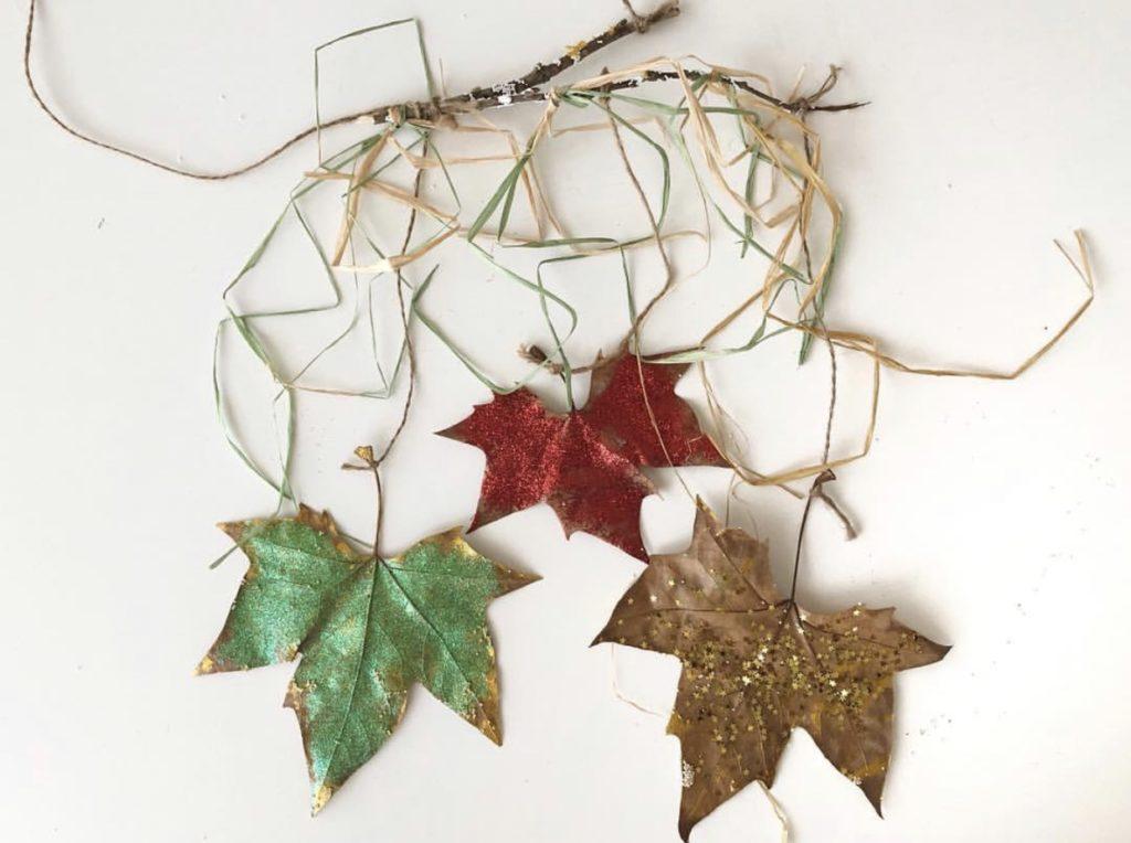 movil navidad adorno con hojas secas
