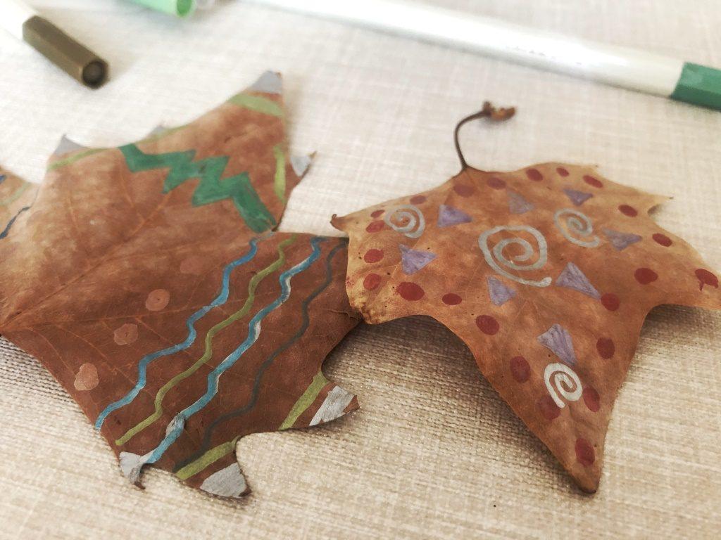 decorar hojas con rotuladores