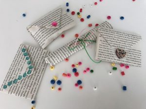 envolver regalos sostenible - ideas con hojas de libros