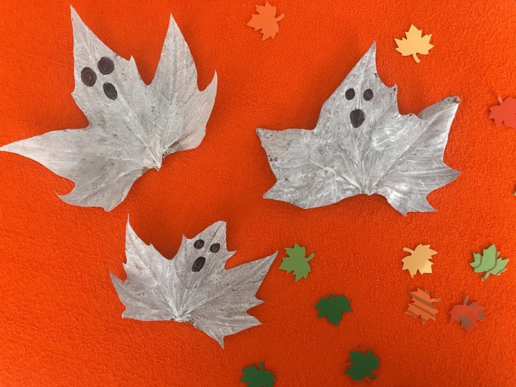 fantasmas con hojas secas