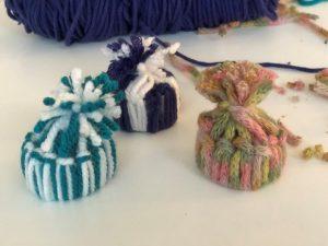 crea pequeños gorros de lana reciclando materiales