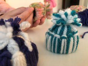 gorritos en miniatura con lana y tubo de carton
